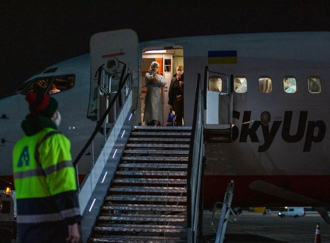 Прибув спецрейс з евакуйованими з Італії українцями - фото