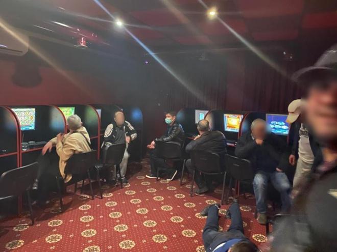 Лудомани гають час на карантині у підпільних казино - фото