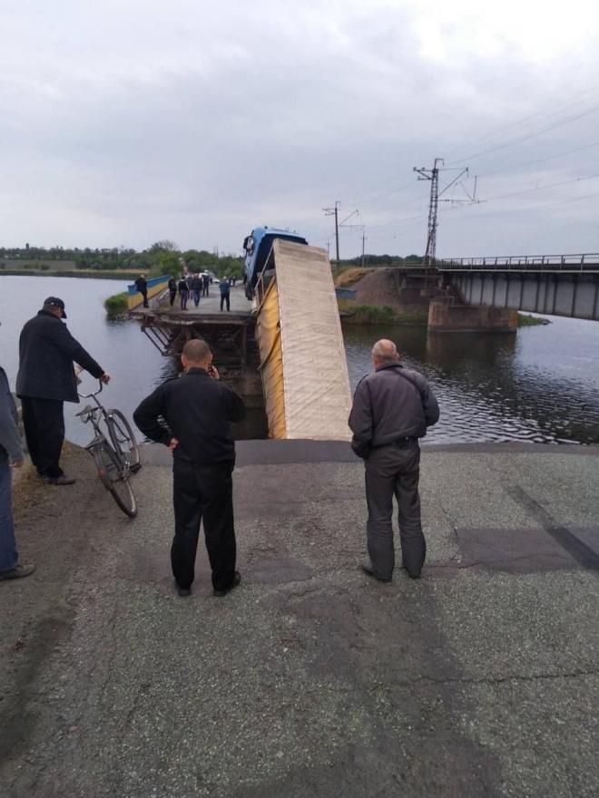 На Дніпропетровщині під фурою обвалився міст - фото
