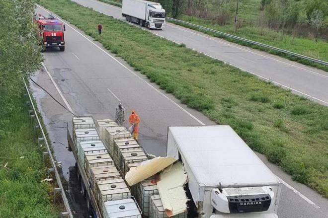 На Харківщині внаслідок ДТП на дорогу вилилася соляна кислота - фото