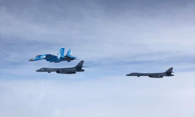 Українські винищувачі вперше супроводжували американські бомбардувальники - фото