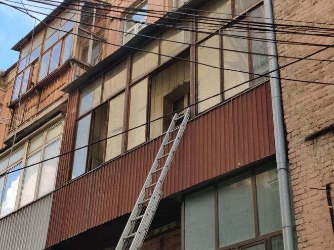 В центрі Києві чоловік голим виплигнув з палаючої квартири, не даючи пожежникам себе врятувати - фото
