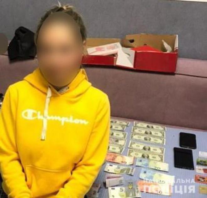 Поліція викрила жінку, яка розповсюджувала пороновідео із собою - фото