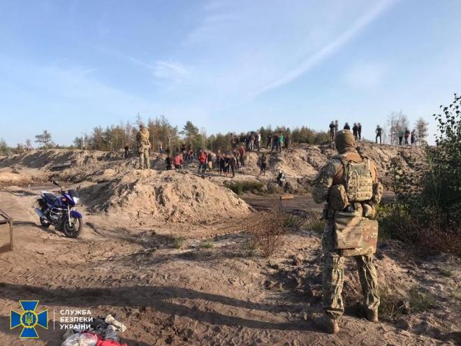 «Альфу» СБУ залучили до боротьби з чорними копачами бурштину на Рівненщині - фото