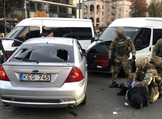 На Хрещатику поліція зі стрільбою затримала грабіжників - фото