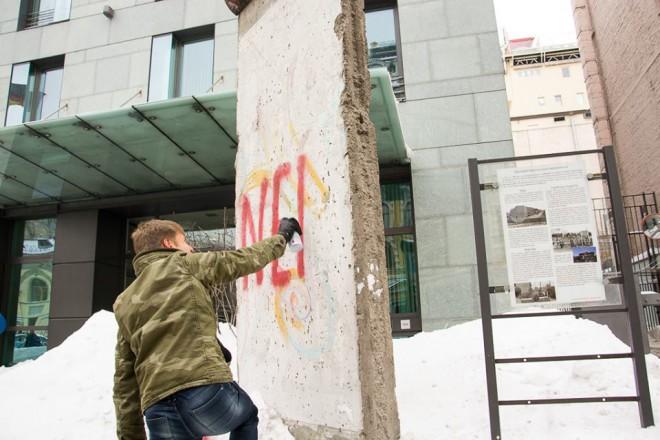 Олексій Гончаренко розмальовує фрагмент Берлінської стіни під посольством Німеччини у Києві на фото 1