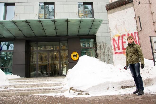 Алексей Гончаренко разрисовывает фрагмент Берлинской стены под посольством Германии в Киеве на фото 2