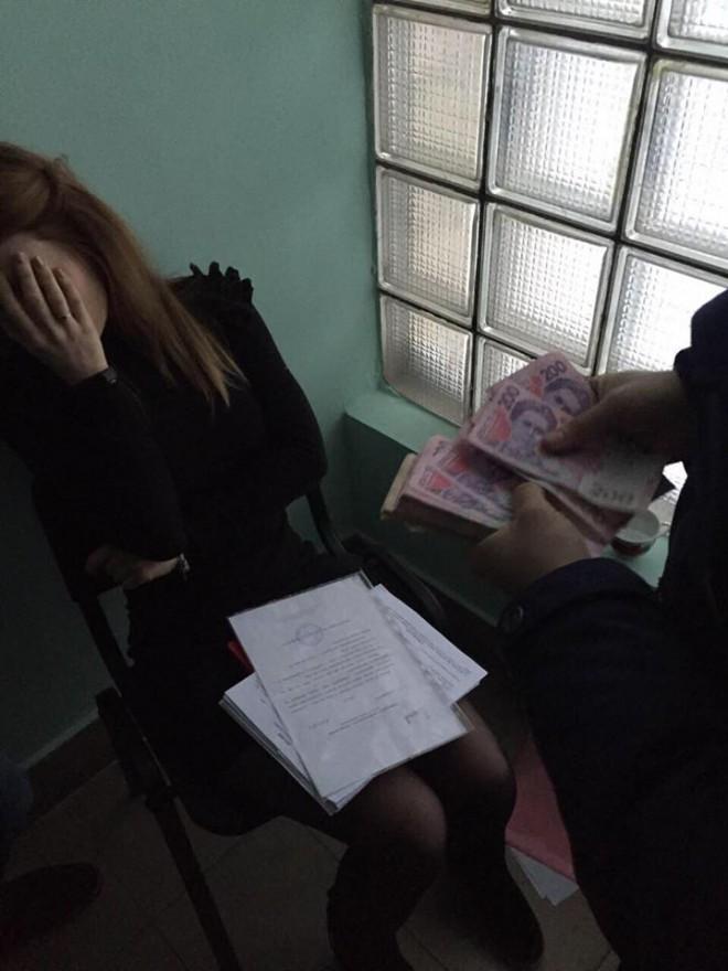 на взятке задержана чиновница КГГА на фото 1
