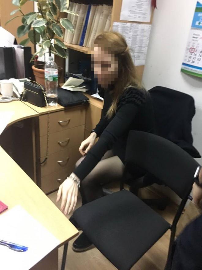 на взятке задержана чиновница КГГА на фото 3