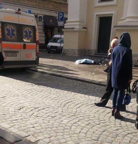 Во Львове с церкви на женщину упала глыба льда