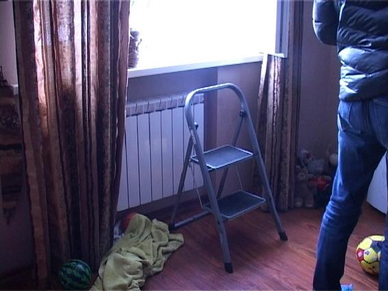 в Киеве на Срибнокильской женщина выбросила из окна ребенка на фото 3