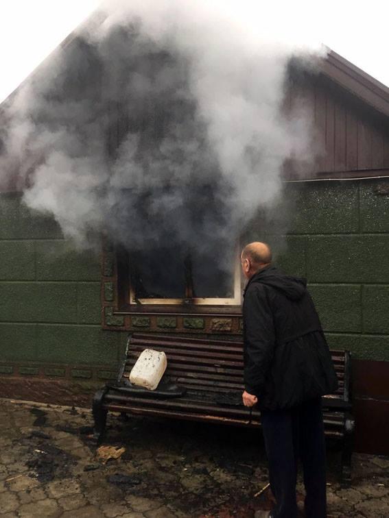 наслідки влучання снаряду в приватний будинок в Авдіївці на фото 2