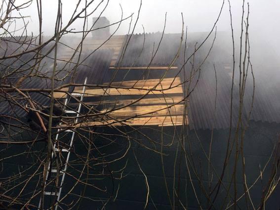 наслідки влучання снаряду в приватний будинок в Авдіївці на фото 3