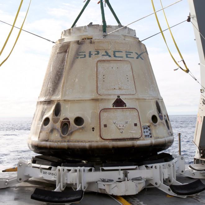 прибывший с МКС космический корабль Dragon