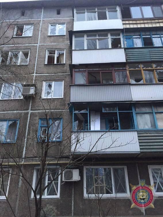 наслідки чергового обстрілу прифронтового міста Авдіївка на фото 1