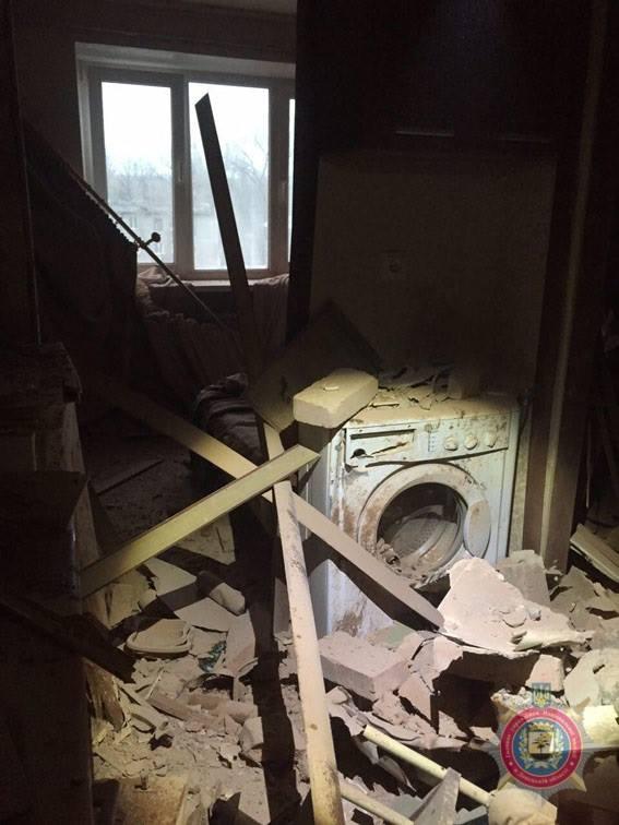 наслідки чергового обстрілу прифронтового міста Авдіївка на фото 2
