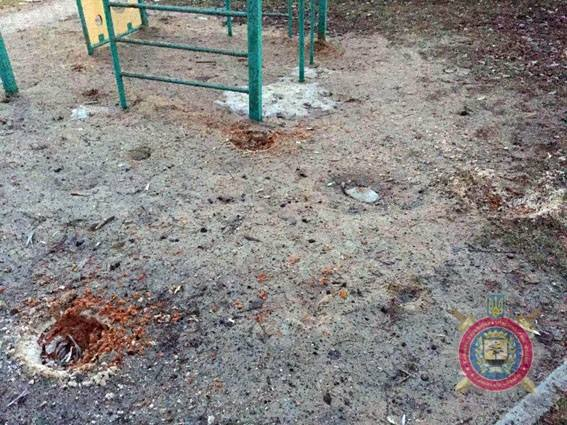 наслідки чергового обстрілу прифронтового міста Авдіївка на фото 5