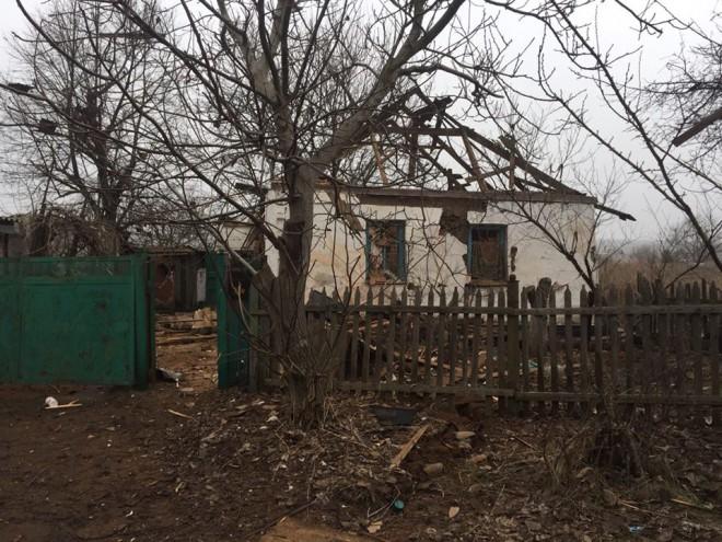 наслідки чергового обстрілу прифронтового міста Авдіївка на фото 9