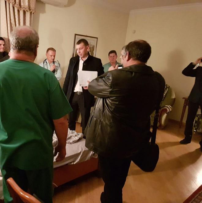 вручение подозрения голове ДФС Насирову в палате больницы Феофания, на фото 2