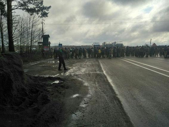 видобувачі бурштину перекрили трасу на Рівненщині