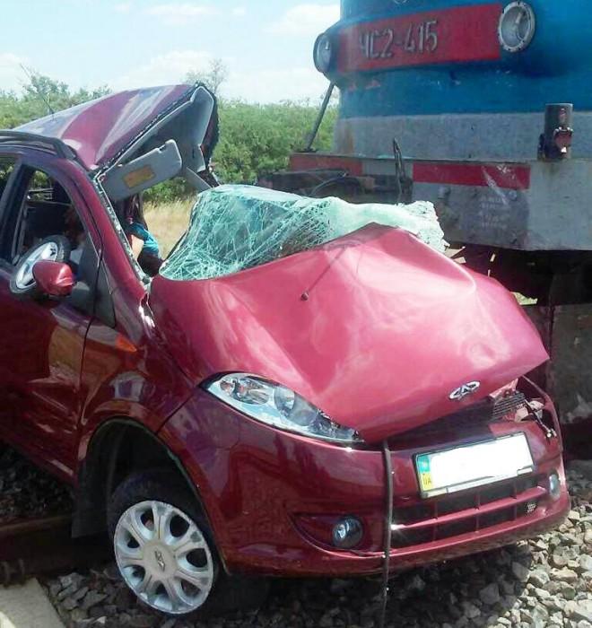 Под Запорожьем поезд протаранил автомобиль: погибли двое взрослых иребенок