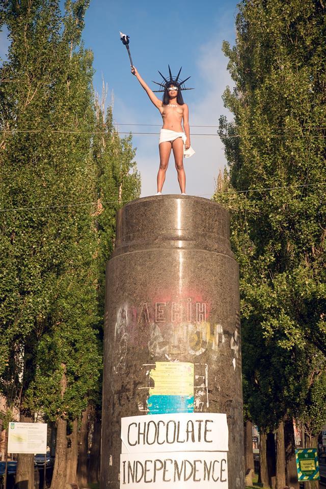 оголена активістка Фемен у Києві на постаменті Леніна на фото
