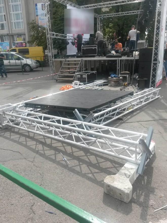 В Умані на дітей впала сцена