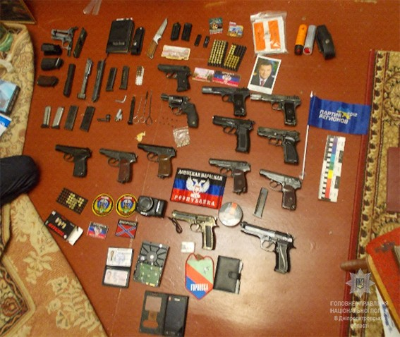 арсенал зброї у адепта терористичної днр на фото 2