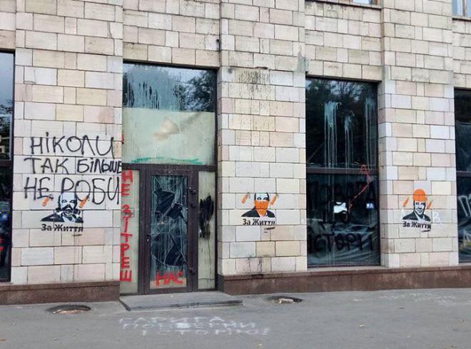 Портрети Рабіновича на будівлі на Грушевського