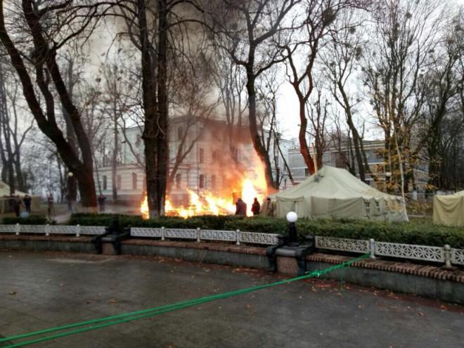 Згорів намет біля Верховної Ради