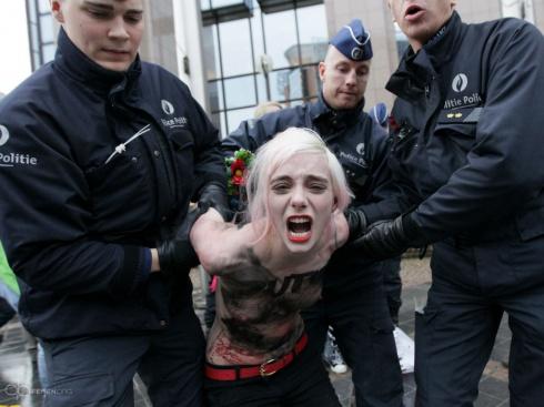 FEMEN в Брюсселе устроили «апокалипсис» Путину - фото