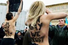 Активистки FEMEN обнажились перед Папой римским - фото
