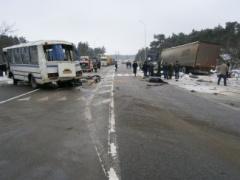 На Львовщине в результате столкновения автобуса с грузовиком погибли 5 человек - фото