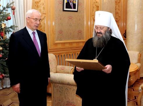 Поп-регионал вручил Азарову высшую награду УПЦ - фото