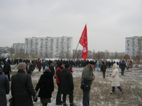 Протестуя против строительства на Тельбин, митингующие перекрыли дорогу и снесли строительный забор - фото