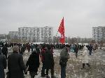 Протестуя против строительства на Тельбин, митингующие перекрыли дорогу и снесли строительный забор