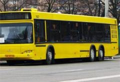 В Киеве автобуса выпала пожилая женщина и ударилась головой, водитель с места ДТП скрылся - фото