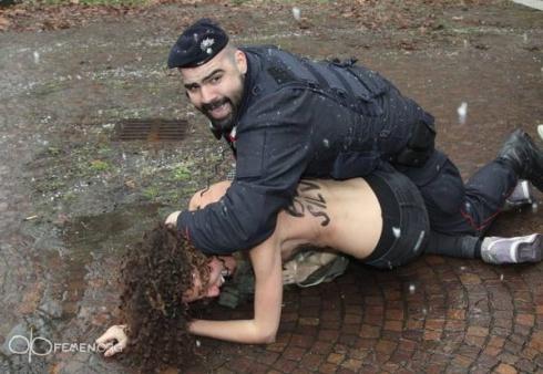 Активистки FEMEN хотели показать Берлускони голые груди - фото