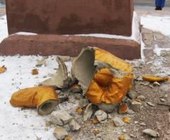 Коммунисты требуют наказать свободовцев за разрушенный памятник Ленину - фото