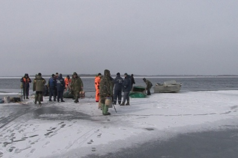 На Полтавщине от берега оторвалась льдина с 41 рыбаком - фото