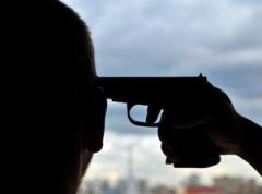 Солдат попытался застрелиться на детской площадке - фото