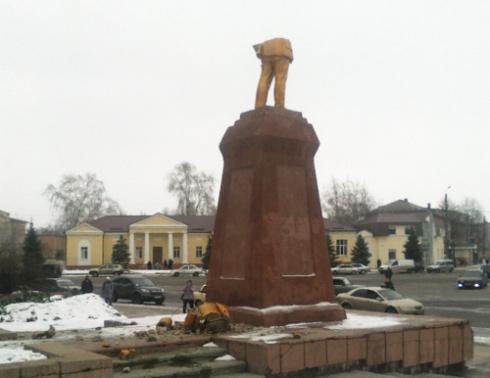 В Ахтырке от памятника Ленину остались только ноги - фото