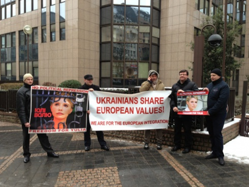 В Брюсселе оппозиция устроила пикет Януковичу - фото