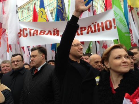 Тысячи людей собрались на марш «Вставай, Украина!» в Черновцах - фото