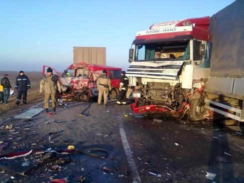 В результате столкновения фуры с микроавтобусом погибли 4 человека - фото