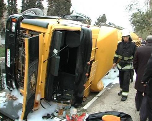 Бензовоз перевернулся на легковушку, погибли два человека - фото