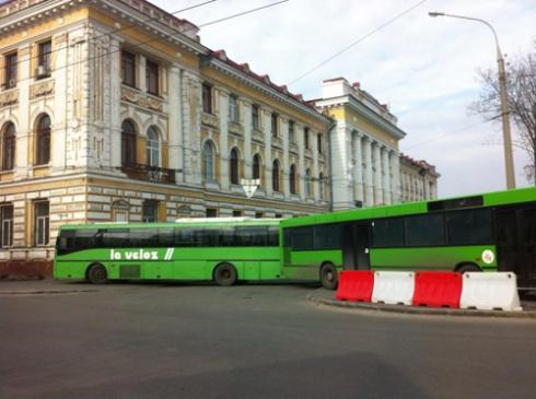 Площадь в Харькове, где должен состояться митинг оппозиции, окруженная троллейбусами и автобусами - фото