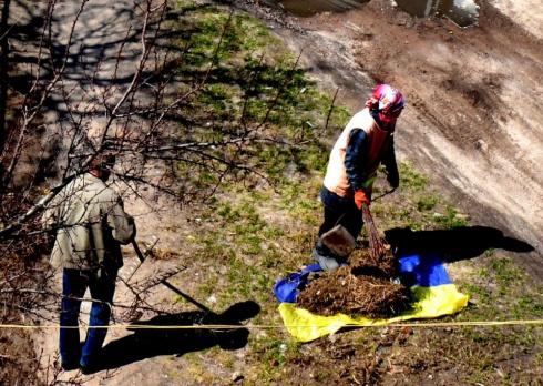 В Чернигове коммунальщики используют флаг Украины для мусора - фото