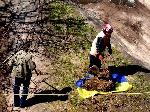 В Чернигове коммунальщики используют флаг Украины для мусора