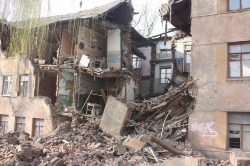 В Константиновке в жилом доме рухнула стена - есть пострадавшие - фото
